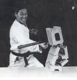 Мастер кобудзюцу Рюшо Сакагами разбивает бетонный блок ударом нунчаку