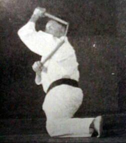 Знаменитый мастер кобудзюцу Синкен Тайра демонстрирует ката с нунчаку